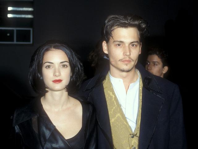 """Winona Ryder e Johnny Depp na pré-estreia do filme """"Edward Mãos de Tesoura"""". Os dois namoraram por quatro anos..."""