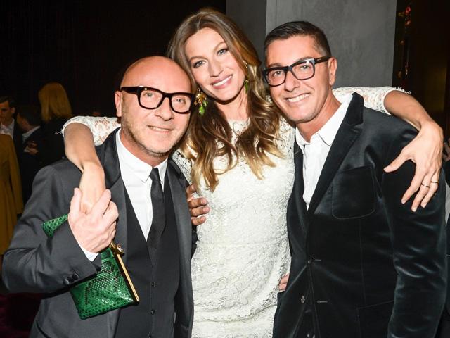 Gisele entre Domenico Dolce e Stefano Gabbana   ||  Crédito: Getty Images