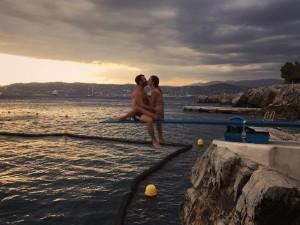 Do sul da França a Mikonos, as férias românticas de Alessandra Ambrosio