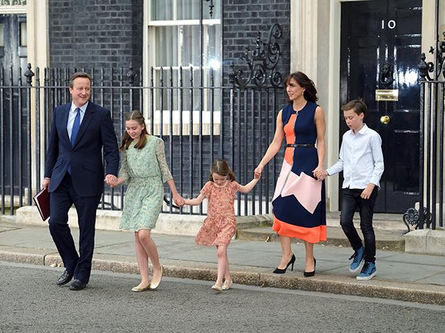 David Cameron, com a família, deixando a residência oficial no número 10 da Downing Street, em Londres