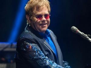 Elton John doa R$ 32,6 milhões a pacientes de AIDS da comunidade LGBT
