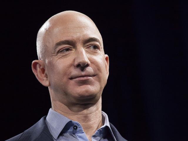 Jeff Bezos, dono da Amazon e um dos homens mais ricos do mundo, ataca de alienígena em novo file Star Trek