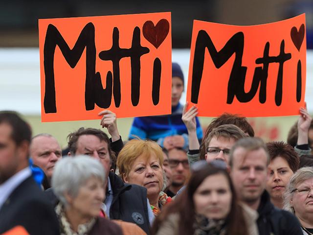 Bundeskanzlerin Angela Merkel (CDU) am 17.08.2013 auf dem Alten Markt in Magdeburg (Sachsen-Anhalt) während einer Wahlkampfveranstaltung zur Bundestagswahl. Foto: Jens Wolf/dpa