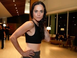 """Alice Braga faz tatuagem-manifesto: """"Fora a destruição ambiental"""""""