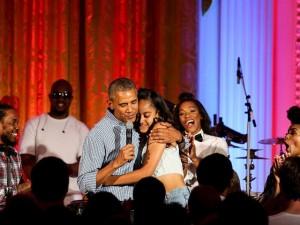 Obama canta parabéns para filha mais velha em evento na Casa Branca