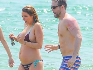 De biquíni, Blake Lively exibe barriga de grávida pela primeira vez