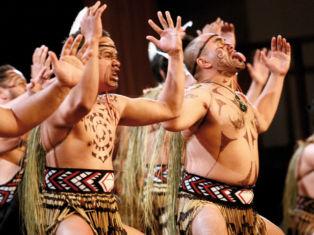 A haka, dança de guerra maori, é usada também para dar as boas-vindas a visitantes e em casamentos e funerais. É uma demonstração do vigor masculino e da identificação com a raça||Créditos: Divulgação