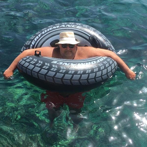 Marcos Derani pegando uma onda em Capri|| Crédito: Reprodução / Instagram