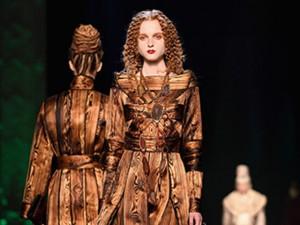 Jean Paul Gaultier coloca estampas de madeira em vestidos de noite
