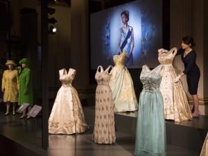 Com 150 peças, maior mostra de looks de Elizabeth II entra em cartaz