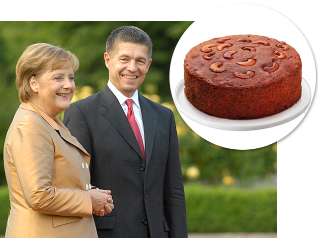 Bolo de ameixa, especialidade de Angela Merkel, e a chanceler ao lado de seu marido,     Créditos: Divulgação