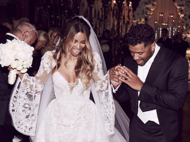 """""""Nós somos os Wilsons"""", Ciara e Russel, deixam a igreja nesta quarta-feira em Liverpool"""