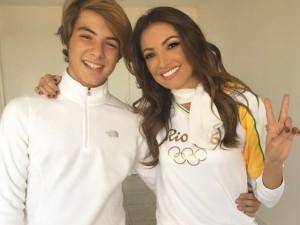 Patricia Poeta conduz tocha olímpica com o filho em Porto Alegre