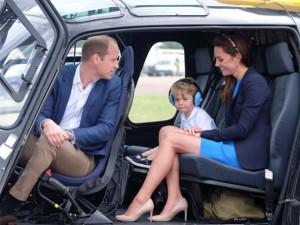 Príncipe George dá pinta em helicóptero e rouba todos os flashes