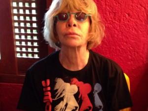Longe dos palcos, Rita Lee pinta retratos de famosos em sua casa