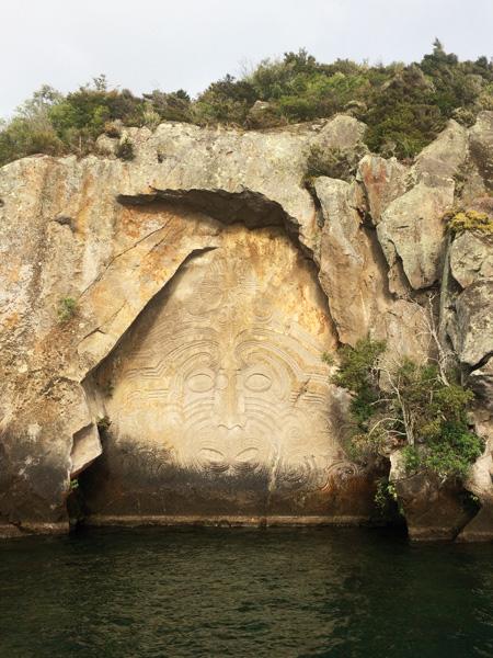 Com mais de 10 metros de altura, as impressionantes Maori Rock Carvings ficam no Lake Taupo e são acessíveis apenas de barco. Se quiser comer trutas, aproveite o passeio para pescá-las, já que não são servidas em restaurantes||Créditos: Arquivo pessoal