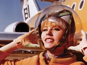 Moda usada por aeromoças em nove décadas vira exposição em San Francisco