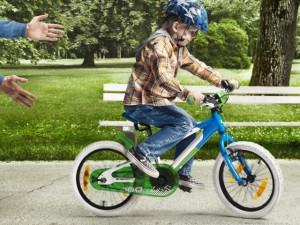 Vamos pedalar? Professor ensina pequenos a andarem de bike sem rondinha