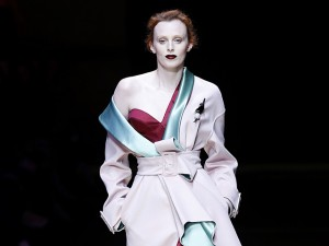 Depois de 19 anos, Karen Elson retorna à passarela da Atelier Versace