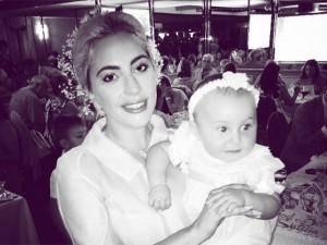 """Lady Gaga, vestida """"normalzinha"""", batiza filha de amigos em Nova York"""