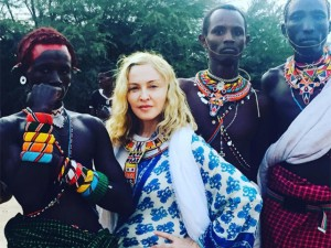 Madonna e filhos ajudam a limpar favela em missão pelo Quênia