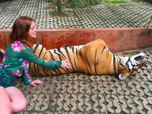 Marina Ruy Barbosa posa com tigre e recebe enxurrada de críticas