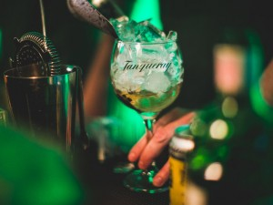 La Maison est Tombée arma happy hour regado a jazz e drinks Tanqueray