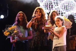 Elba Ramalho ganha parabéns de plateia lotada no Boulevard Olímpico