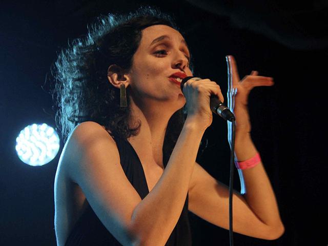 A cantora e compositora Marina Melo faz primeira turnê internacional em Portugal