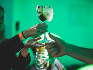 Em festival, bares cariocas recriam drinks clássicos em versão brasileira