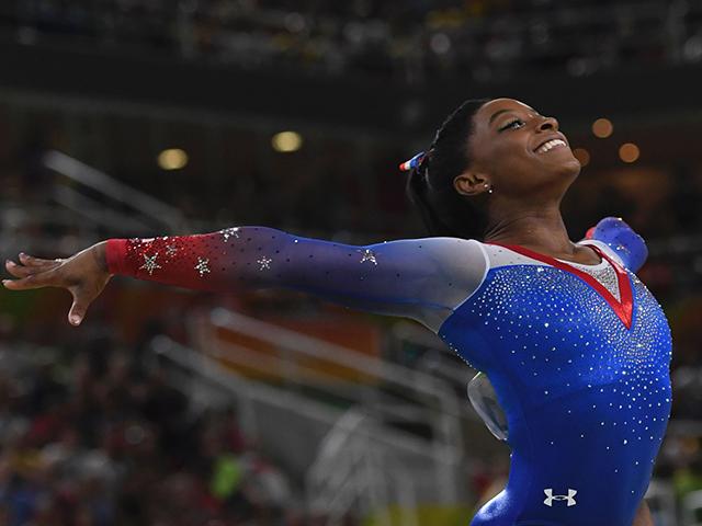 Simone Biles vai carregar a bandeira dos Estados Unidos durante a passagem dos atletas americanos na cerimônia de encerramento dos Jogos neste domingo. Que reponsa, hein?