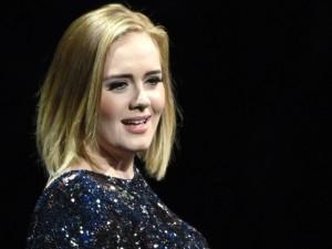 Adele não é reconhecida por funcionários na H&M e tem cartão recusado