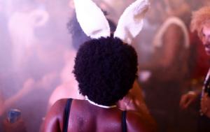 Teatro Rival arma mostra de lambe-lambes com fotos de Carnaval na rua