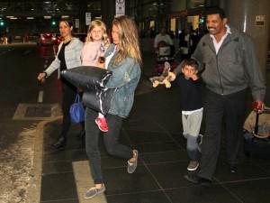 Antes de bancar a garota de Ipanema, Gisele dá pivô no saguão do aeroporto