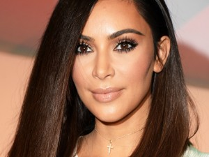 De férias, Kim Kardashian mostra os seios no México