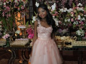 Bailarina do Cisne Negro arma festa de 15 anos fora do padrão