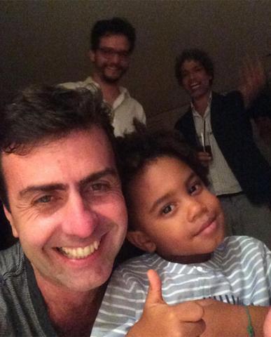 Marcelo Freixo com o pequeno Roque; Wagner Moura e Estevão Ciavatta ao fundo    Crédito: Reprosução Instagram / Marcelo Freixo