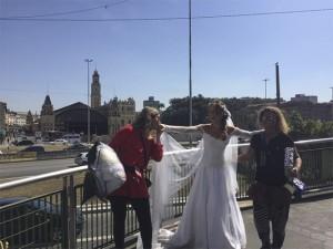 """Mariana Ximenes se veste pro altar e vive """"a noiva da Estação da Luz"""". Oi?"""