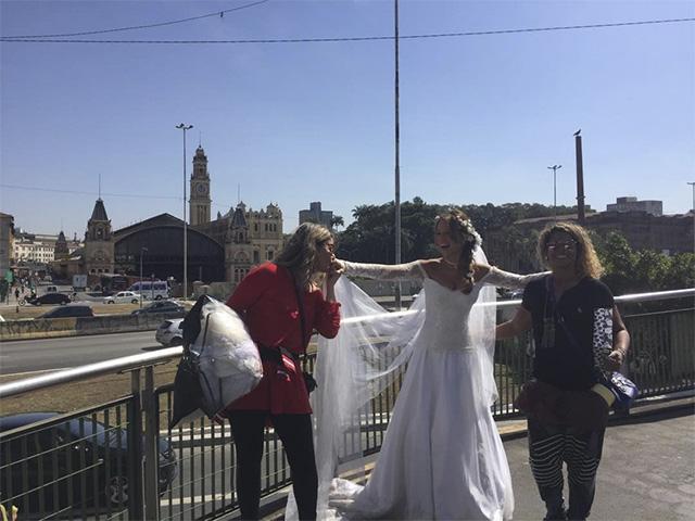 Mariana Ximenes de noiva pelo centro de São Paulo Créditos: Reprodução Instagram