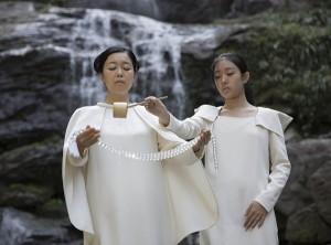 Artista japonesa inaugura anel fotossensível de 2 t em cachoeira