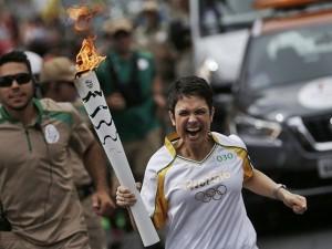 Beijo gay, tombo, revoltas mil… um resumo da passagem da tocha olímpica
