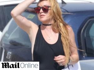 Lindsay Lohan é vista – de boa! – usando o anel que ganhou do ex-noivo