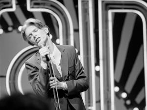 Nos bastidores, no palco e na vida: livro traz cliques inéditos de David Bowie