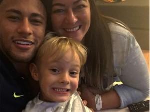Ainda sem gol nas Olimpíadas, Neymar encontra apoio na mãe e no filho