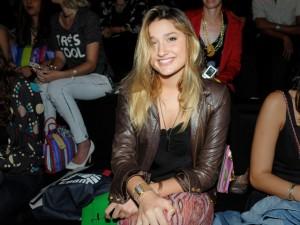 Nem bem embarcou para o curso de moda em NY e Sasha já virou estilista