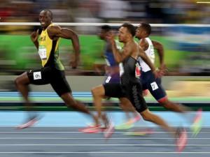 Um ouro e um flash: Usain Bolt mostra quem tem superpoderes na Rio2016