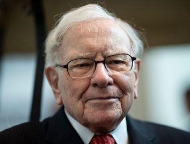 Warren Buffett completa 90 anos como um dos homens mais ricos do mundo e comendo muita besteira