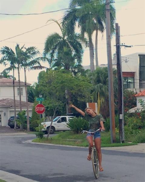 Bike é o meio de locomoção de Carol Dieckmann em Miami