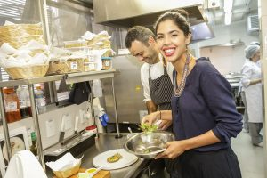Gilberto Gil prestigia a filha Bela na inauguração de seu restaurante no Rio