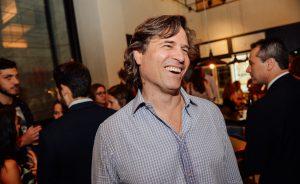 Amigos reunidos no restaurante Cha Cha pelo aniversário de Felipe Sigrist